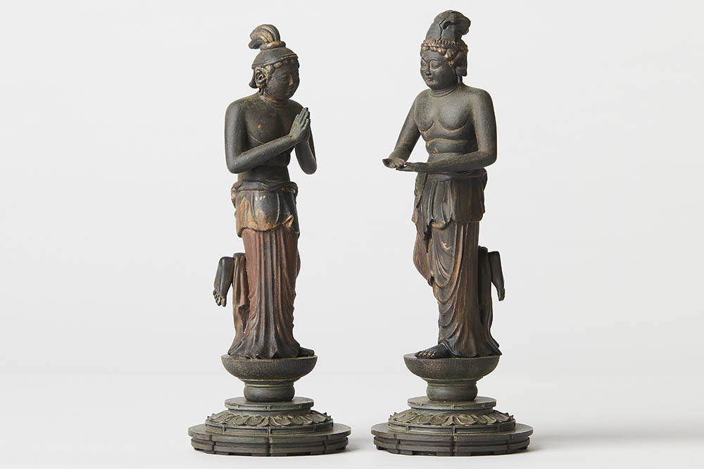 TC観音菩薩・勢至菩薩: 阿弥陀如来の脇侍として祀られる観音菩薩と勢至菩薩は、それぞれ阿弥陀の慈悲と智慧を象徴する存在。片足を上げてかわいらしく舞い踊るポーズは、私たちを軽やかな気持ちにさせてくれます。300セット限定生産、現在庫がなくなり次第販売終了となります。